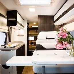 Salón y camas al fondo Benivan 119. Autocaravana