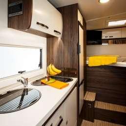 Cocina y Dormitorio Benimar Tessoro 440 UP. Autocaravana
