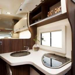 Cocina y almacenamiento Benimar Sport 323. Autocaravana