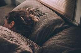 Chica durmiendo en autocaravana. Caravantures: Alquiler de Autocaravana en Asturias