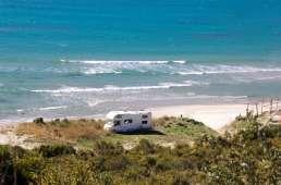 Autocaravana en la playa. Caravantures: Alquiler de Autocaravana en Asturias
