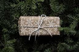 Regalo sobre árbol de navidad